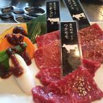 70777795 - 黒毛和牛 カイノミ ウチモモ センボンスジ の盛り合わせ と野菜