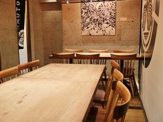 鉄板 阪本 - 3卓の6人テーブルがゆったりと配置されています。