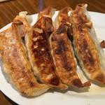 ラーメン屋 壱番亭 - 料理写真:皮がパリパリの餃子