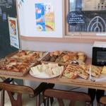 70784477 - カフェの食べ放題パン