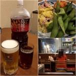 いずみ亭 - 生ビール500円&ウーロン茶300円/お通し/カウンター席と厨房