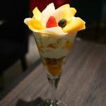 70789092 - 山梨県産白桃とマンゴーのパフェ