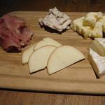 kawara CAFE&DINING - 生ハムとチーズの軽い盛り合わせ