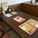 かつ雅 - 広いテーブル席 ちなみにこの平日ランチタイムでも満席です!女性店員の接客対応が素晴らしかったです!
