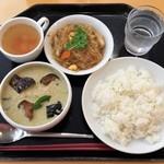 ジェイズカフェ - 大使館セット(鶏肉と竹の子のグリーンカレー・春雨炒め)680円