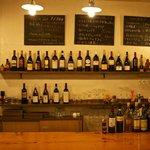 オステリア イート - カウンター後ろに並ぶワインは全50種類!!