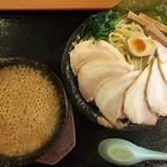 真心堂 - 濃厚とんこつ 魚介つけ麺 860円 + チャーシュー 240円 + 麺大盛り無料 つけ麺にほうれん草が付いてきます 伊勢海老と魚介を比較すると伊勢海老の方が美味しかったです!