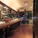スコルピオーネ 吉右 - 席の準備を待つ店内、今1階は川床席メイン