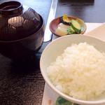 大和榛原牛 うし源 - ステーキランチの味噌汁、香の物、ご飯。