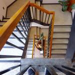 大和榛原牛 うし源 - 階段は螺旋状になっている。