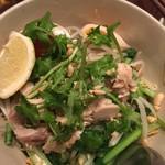 タイ東北料理イサーンキッチン - 汁無し焦がしハーブ麺 これもクルワンプルーンで味調整