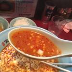 元祖ニュータンタンメン本舗 - クリアなスープ。 ゴロゴロニンニクとゴロゴロ挽肉をおっきいレンゲで掬います。 コクのあるスープと、ニンニク、溶き卵。このバランスが絶妙である。 粗唐辛子の赤と卵の黄色。食欲そそるビジュアル。