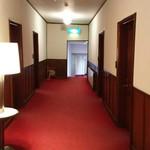 万平ホテル - アルプス館の廊下は勾配があります