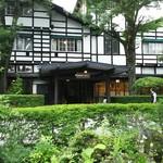 万平ホテル - 木々と調和した建物