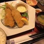 大戸屋 - 鯵フライ定食を白米 普通盛りで (角度が悪くて2尾に見えますが3尾です)