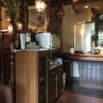 ポテト料理専門店 穀物祭 - テーブル席、カウンター席ございます店内です。