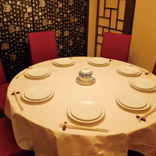 【個室】円卓席・テーブル席ございます。席料なく利用頂けます。