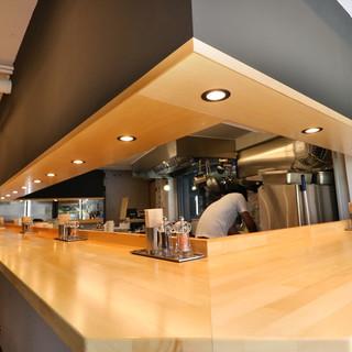 ライブ感をお楽しみいただける厨房を囲むカウンター席!