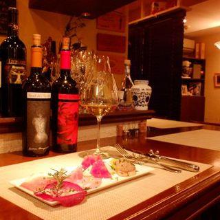 イタリア産を中心に。60種以上の厳選ワイン