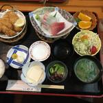 味の店 はらだ - 二品付  刺身、揚物(アジフライと豚肉タマネギ) 920円(税別)