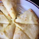 アジアンキッチン ララ - チーズナンのアップ。