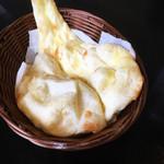 アジアンキッチン ララ - プレーンナン(無料でお替りできます)