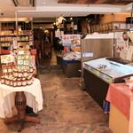 班家食工房 - お店の手前はお土産販売エリア。キムチや冷麺など韓国食材を多数取り揃えています