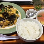 雲雀 - いすのまぎで初めで食べるムースーロー。杏仁豆腐、絹さや&乾しエビのお浸し風小鉢(ンマい!)、トマ卵プースー、ご飯。んっんー、ギョク多め(漠)