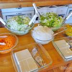四川亭 - サラダバー(レタス・人参・オニオン・コーン・豆腐・ゴマ油で炒めた搾菜・オリジナルの辣油)