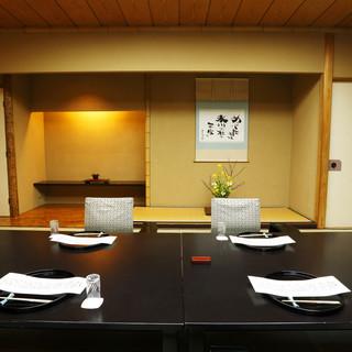 お部屋はすべて完全個室。伝統ある和空間は接待やご披露宴にも。