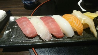 美喜仁館 太田 - お寿司、左半分。