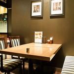 カフェ・エスタシオン - 店内(テーブル席)