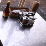 ペパカフェ・フォレスト - 調味料がいろいろテーブルの上にあります。