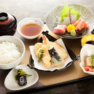 平日ランチタイム¥700より(定食やお弁当やミニ会席など)