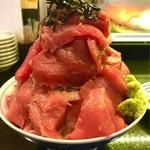 魚と酒 はなたれ 新橋店 - まぐろ丼大盛の横からショット