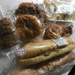 ボストンベイク - セサミのサンドイッチ、チョコメロンパン、 メンチカツのサンド、あんぱんなど 計8点。