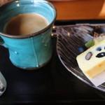 70879242 - 丹波産黒豆入りチーズケーキ コーヒー