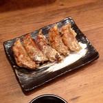 夢こばち - 鹿児島黒豚餃子(単品なら¥350) 皮がパリッとは焼けていないのは僕的には残念だが、味はかなり良いと思う。口に含んだ瞬間独特の香りが広がるのが好みは分かれるところだが、黒豚の旨味は堪能できた。