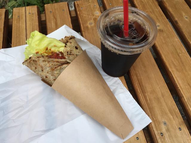 cafe SENRI 中町店 - 蕎麦粉の生地で作ったタコス600円とアイスコーヒー300円、セットで100円引き。