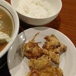 ベジ麺処 鶻 - 『タンカラセット(¥900)』のライスと唐揚げ(3個)