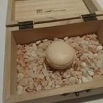 ル・モノポール - 箱の中で燻したフォアグラマカロン