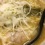 つけ麺 海鳴 - 魚介の風味が香り、千切りキャベツにザーサイ?と初体験