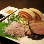 豊栄 - 樟茶鴨脯(鴨の胸肉のスモーク)蒸しパン添え