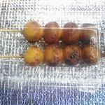 丸和だんご 川野屋 - 2本買ったところ