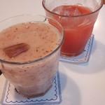 フルーツパーラーフクナガ - 奥がスイカのジュース、手前が桃ジュース