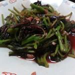 喜来楽 - ・赤い葉っぱのニンニク炒め