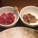 めしの助 - まぐろ刺と、鯖と玉ねぎのうま煮のアップ