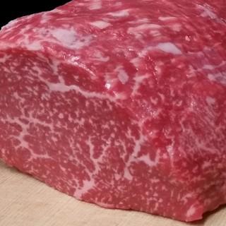 全国の牛肉の中から厳選した黒毛和牛A5等級を使用しています。