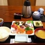 70915637 - 海鮮丼(具大盛、具とご飯を別盛り、酢飯ではなく白米で注文)
