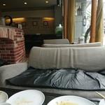 四ツ橋カフェ - 窓際のソファー席